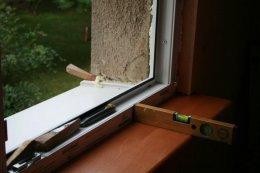 Ramę okna ustawiamy w otworze zwracając uwagę na prawidłowy odstęp pomiędzy ramą a murem.