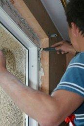 Do mocowania okien w murze stosujemy ocynkowane kotwy ścienne lub śruby oraz tzw. dyble.