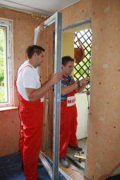 Połączenie okna ze ścianą powinno być tak wykonane, aby przy zmianach długości elementów ( np. wskutek rozszerzenia lub skurczenia termicznego), zagwarantowana była funkcjonalność okna.