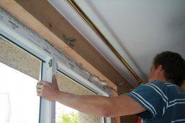 Po równym ustaleniu ramy blokujemy ją klinami drewnianymi lub plastikowymi, równocześnie sprawdzając pion i poziom za pomocą poziomicy.