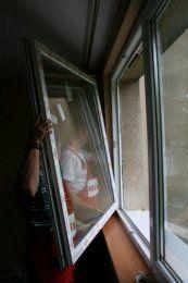 Po położeniu tynku usuwamy z ram folię ochronną i kontrolujemy funkcjonowanie okna.