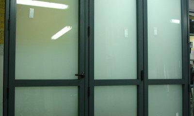 Drzwi aluminiowe harmonijkowe z ukrytą klamką
