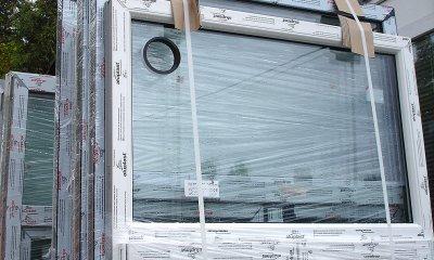Okno z otworem wentylacyjnym w szkle