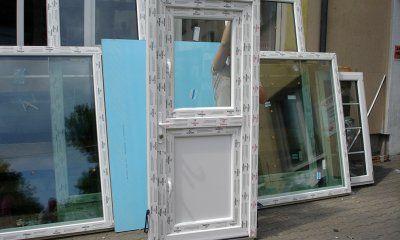 Drzwi wejściowe nietypowe - z oknem w skrzydle - drzwi do stajni